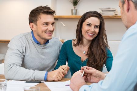 planificacion familiar: Asesor financiero reuni�n Pareja joven para la inversi�n Foto de archivo
