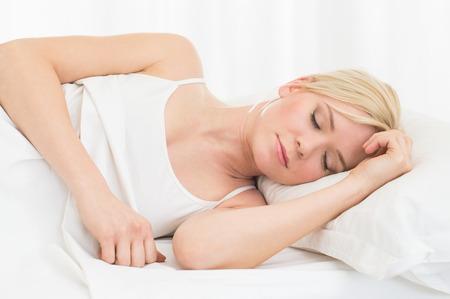 gente durmiendo: Primer plano de joven bella mujer durmiendo en la cama