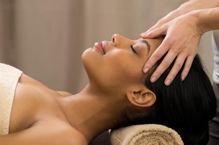 massaggio: Primo piano di giovane donna che riceve il massaggio alla testa professionale a spa Archivio Fotografico