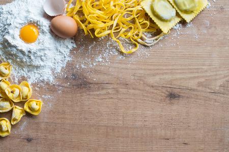 トルテッリーニ、タリアテッレとトルテッローニは、食材を使ったテーブルの上 写真素材