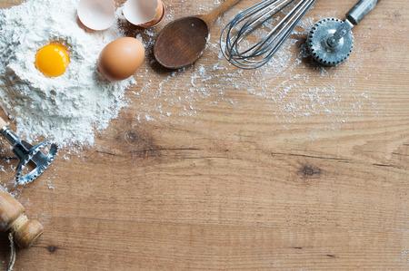 dough: Los ingredientes frescos y utensilios de cocina en la mesa r�stica Foto de archivo
