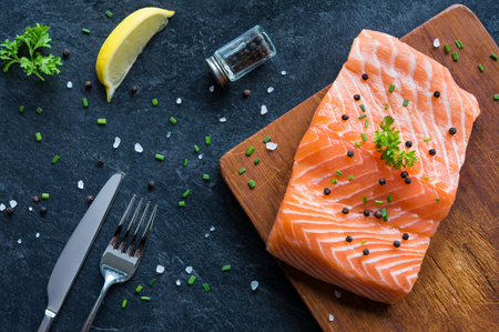 alimentation: Raw salmon fillet on a wooden cutting board