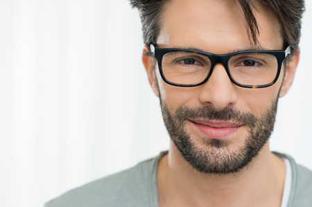 笑みを浮かべて男眼鏡を着てのクローズ アップ 写真素材