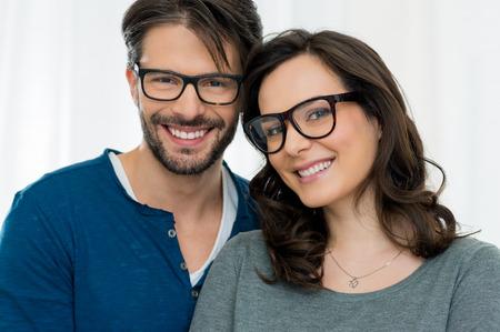 parejas felices: Detalle de la sonriente pareja llevaba espect�culo Foto de archivo