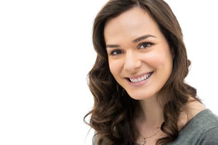 personen: Close-up van lachende meisje op zoek naar camera geïsoleerd op witte achtergrond Stockfoto