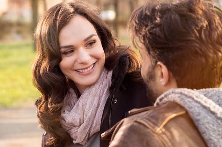 Portrét šťastnému páru při pohledu na sebe a usmíval se venku