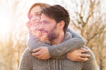 parejas felices: Primer plano de hombre que lleva leng�eta de la mujer en el parque Foto de archivo