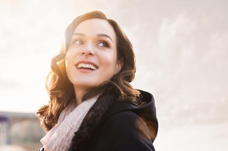 Close-up van lachende denken vrouw op zoek weg buiten