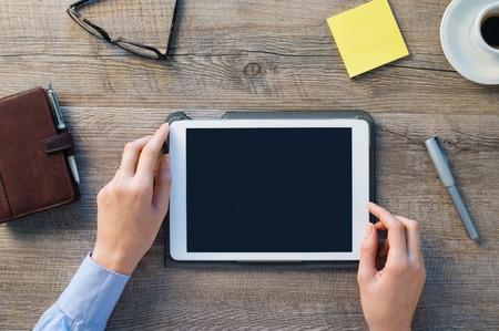 dotykový displej: Detailní záběr na Žena ruce drží digitální tablet. Podnikatelka drží palmtop na stole v kanceláři. Prázdné scrren, aby to na vlastním designem Reklamní fotografie