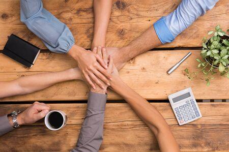 Detailní obchodními kolegy s rukama na sobě. Obchodní tým ukazuje jednotu s jejich ruce společně. Zblízka obchodních partnerů dělat hromadu rukou na schůzce. Koncept sjednocené obchodní týmová práce.