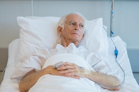 Älterer Mann mit Sauerstoffschlauch auf Krankenhausbett liegen Trauriger alter Patient, der im Krankenhaus krank ist Depressiver alter Mann in einer medizinischen Klinik ins Krankenhaus eingeliefert.