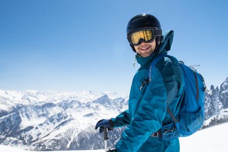 쾌활 한 스키어 스키를 시작하기 전에 카메라를 찾고.