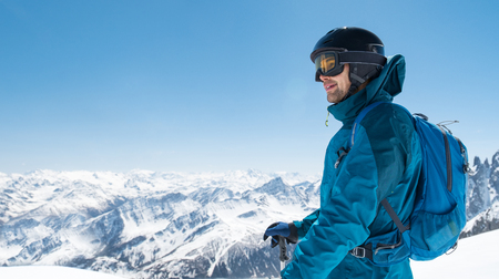 Skier enjoying the stunning view before free ride skiing. Banque d'images