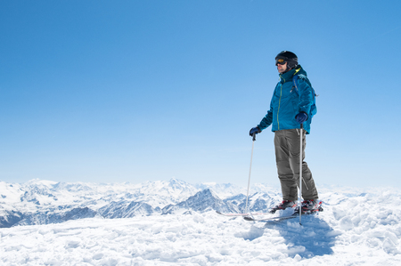 Young man ready for skiing on snowy mountain. Banco de Imagens