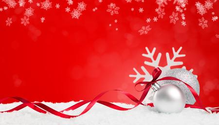 Bożenarodzeniowy tło w czerwieni. Płatki śniegu i bombki z wstążką i copyspace. Boże Narodzenie tło z płatki śniegu, kulki i wstążki. Napisz to, czego potrzebujesz. Zdjęcie Seryjne