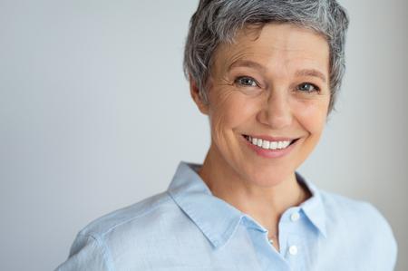 Portrait de femme senior heureuse isolée sur fond gris avec espace de copie. Banque d'images - 108885303
