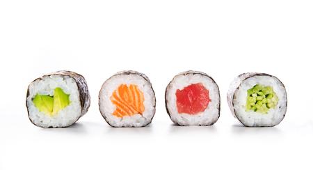 Quatre rouleaux de maki d'affilée avec du saumon, de l'avocat, du thon et du concombre isolés sur fond blanc. Morceaux d'hosomaki frais avec du riz et du nori. Gros plan d'une délicieuse cuisine japonaise avec rouleau de sushi.