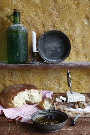 aceite de oliva: daylight photographed olive oil, cheese, bread, color image Foto de archivo