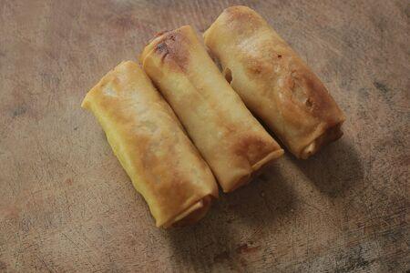 Lumpia/Loenpia Semarang. Das typische Peranakan-Frühlingsrollengericht aus Semarang, hergestellt aus Bambussprossen, getrockneten Garnelen, Hühnchen und/oder Garnelen.