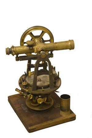topografo: instrumento que mide antiguo de examinar y de la alineaci�n - hechos de lat�n en una placa de madera Foto de archivo