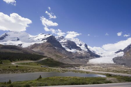 parkway: view from icefields parkway to the columbia icefield - jasper national park, canada -