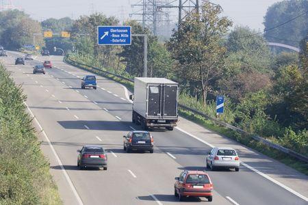 mediaan: spitsuur op een snelweg bij een uitwisseling - Autobahn in Oberhausen, Duitsland --
