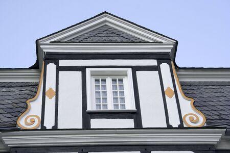 dormer: dormer ventana de una mansi�n con halftimbered techo previsto - con adornos  Foto de archivo