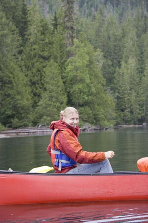 provincial: Young woman canoeing - Clearwater Lake, Wells Gray Provincial Park, British Columbia, Canada Stock Photo