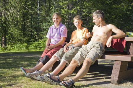 sandal tree: Familia feliz en el banco - Wells Gris Provincial Park, British Columbia, Canad� Foto de archivo