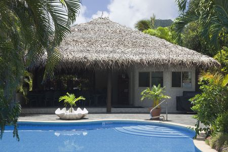 rarotonga: Palm thatched Hut con Piscina - Rarotonga, nelle Isole Cook, Polinesia Editoriali