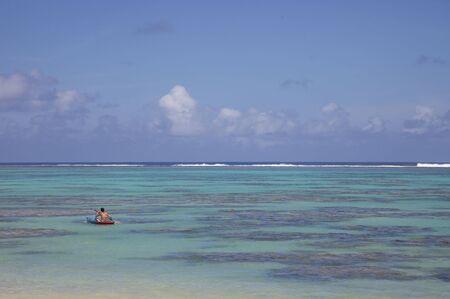 rarotonga: Giovane donna in kayak Titikaveka Laguna - Rarotonga, nelle Isole Cook, Polinesia, Oceania
