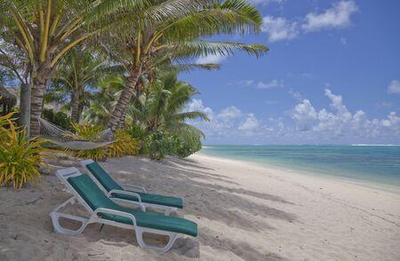 rarotonga: Spiaggia tropicale con palme e sedie a sdraio - Rarotonga, nelle Isole Cook, Polinesia