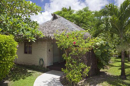 rarotonga: Palm thatched Hut in un giardino tropicale - Rarotonga, nelle Isole Cook, Polinesia Editoriali