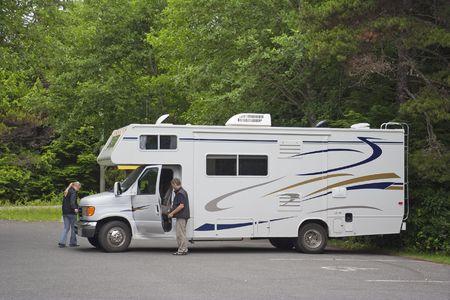 motorhome: Grande Motor Home con Turisti in Bosco - Pacific Rim National Park, Vancouver, British Columbia, Canada