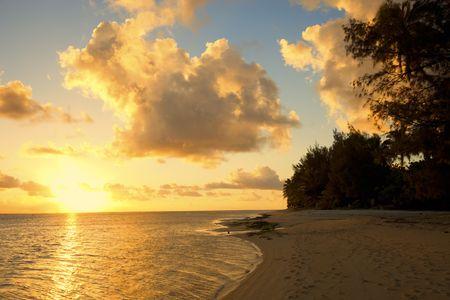 rarotonga: Tramonto sulla spiaggia di un'isola tropicale - Rarotonga, nelle Isole Cook, Polinesia Archivio Fotografico