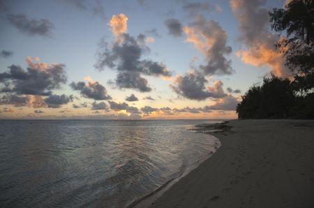 rarotonga: Drammatico Cloudscape sul mare e Tropical Island at Sunset - Rarotonga, Cook Islands, Polinesia Archivio Fotografico