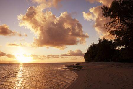 rarotonga: Tramonto sulla spiaggia di un'isola tropicale - Rarotonga, Cook Islands, Polinesia