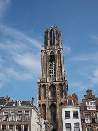 Dom Turm Utrecht hoch in der Luft mit blauem Himmel und Wolken