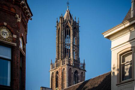 Dom Dom Turm Utrecht hoch in der Luft mit blauem Himmel in der Nachmittagssonne bei Sonnenuntergang Standard-Bild