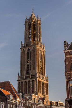 Dom Dom Turm Utrecht hoch in der Luft mit blauem Himmel und Wolken in der Nachmittagssonne bei Sonnenuntergang