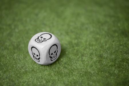 mala suerte: Mala suerte siempre es aqu�, cr�neo dados sobre una alfombra verde