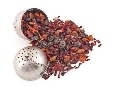 herbolaria: filtro de t� llena de tisana rojo de hojas y frutos secos  Foto de archivo