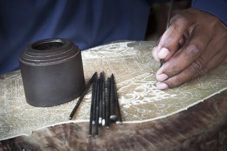 art and craft equipment: Madera de talla de artesano tradicional haciendo t�teres de Indonesia