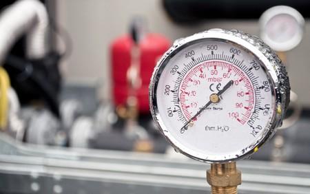 pluviometro: Industrial hidr�ulico ronda bar�metro con lluvia sobre �l