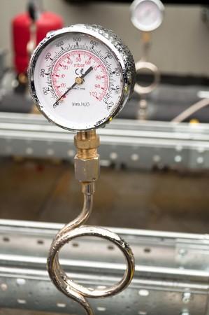 pluviometro: Industrial hidráulico ronda barómetro con lluvia sobre él
