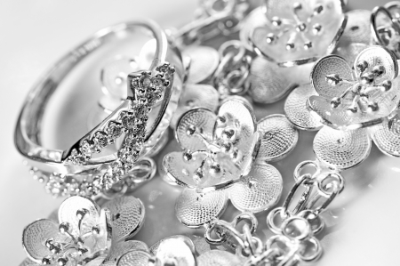 bodas de plata: Anillo de joyas de oro blanco y brazalete en fondo blanco