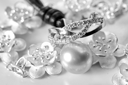 White gold jewelry with ring bracelet and a white pearl