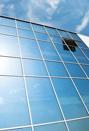 Ventana abierta en el edificio de oficinas de pared de vidrio moderna