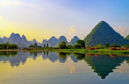 Reflet de la muntains dans le paysage de la rivière Li au coucher du soleil, Yangshuo près de Guilin, Chine
