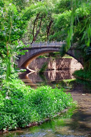 geen: Stone srach bridge over a river in a geen park